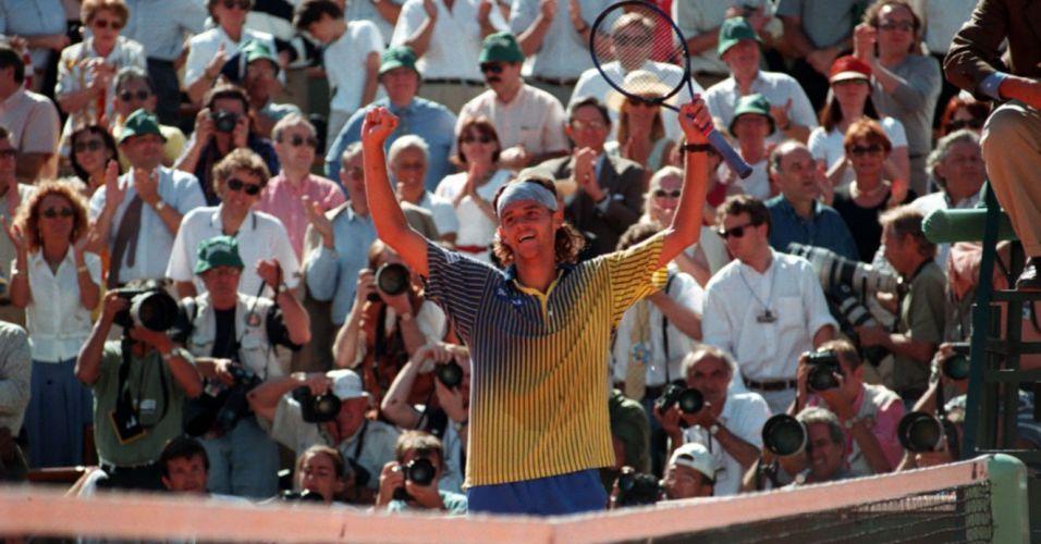 Depois de passar por favoritos como Thomas Muster e Yevgeny Kafelnikov, o brasileiro Gustavo Kuerten vence o espanhol Sergi Bruguera na final de Roland Garros e conquista título histórico