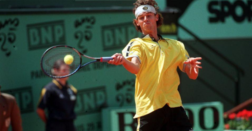 Na volta a Paris para disputar Roland Garros e tentar a defesa do título, Gustavo Kuerten é eliminado na segunda rodada pelo russo Marat Safin em 1998