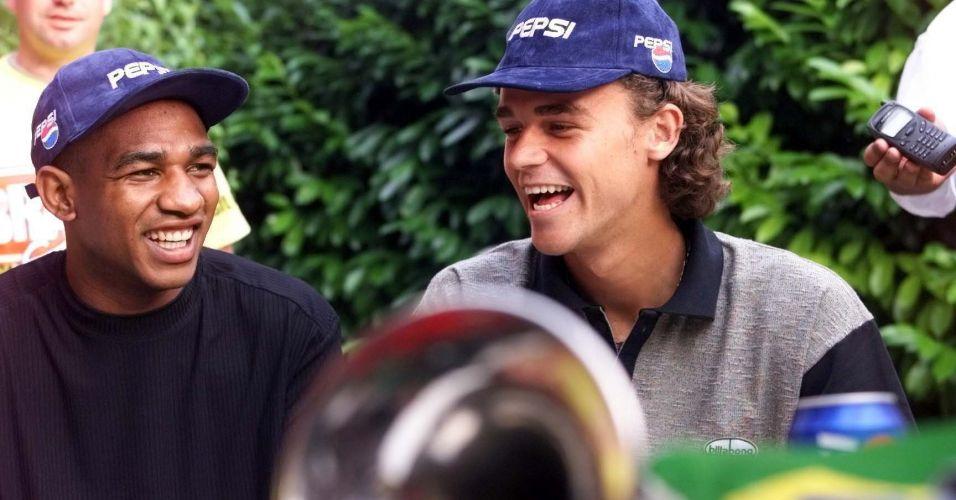 Durante a Copa do Mundo de 1998, Gustavo Kuerten encontra César Sampaio em Paris, na França. Guga assistiu à final da Copa ao lado de Fernando Meligeni e acabou vendo a seleção brasileira ser derrotada na final pelo país anfitrião