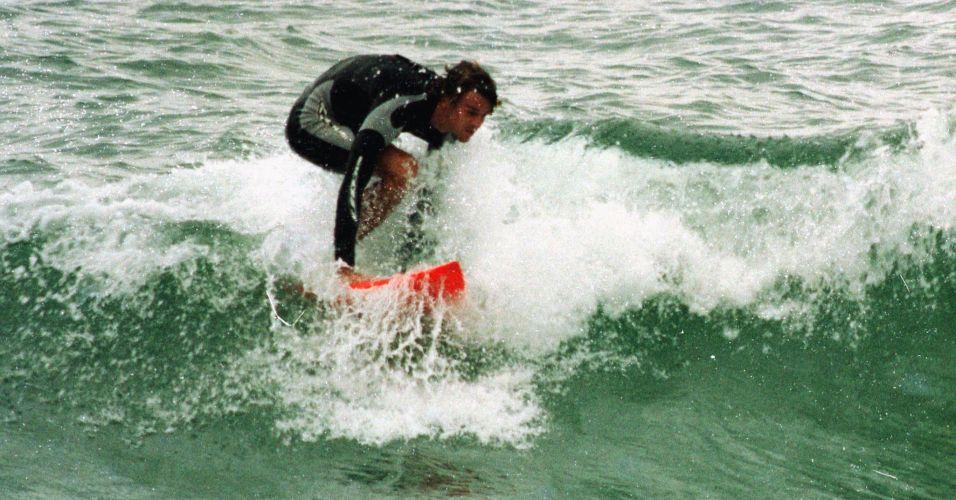 Sem esconder que o surfe também é uma de suas paixões, Gustavo Kuerten pratica a modalidade na Praia da Joaquina, em Florianópolis