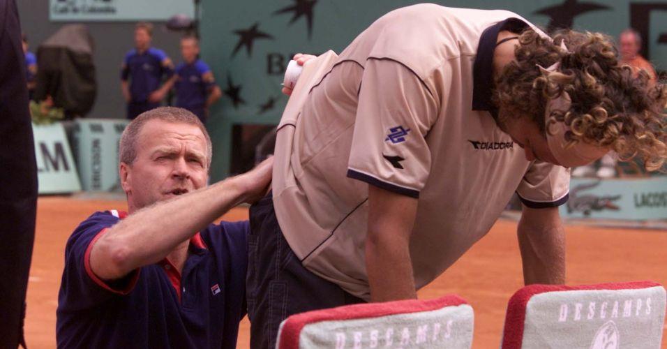 Na campanha do bicampeonato de Roland Garros, Gustavo Kuerten precisa receber atendimento médico na vitória sobre Juan Carlos Ferrero pela semifinal do Grand Slam em Paris
