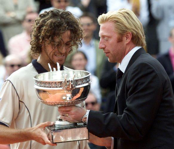 Guga recebe o troféu das mãos do alemão Boris Becker após conquistar o título pela segunda vez em Roland Garros