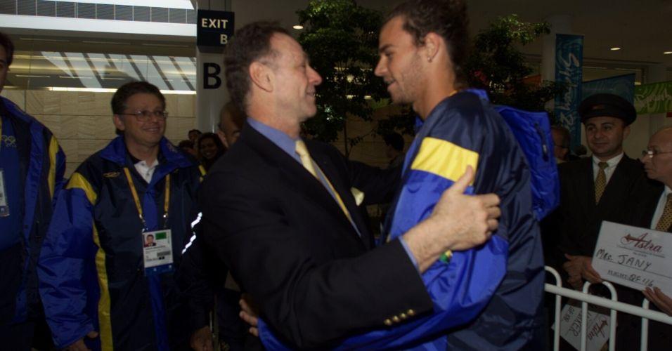 Gustavo Kuerten é recebido pelo presidente do COB, Carlos Arthur Nuzman, em Sydney para os Jogos Olímpicos de 2000. Dirigente e o tenista tiveram atrito por impasse com patrocínio que quase deixou Guga fora da Olimpíada