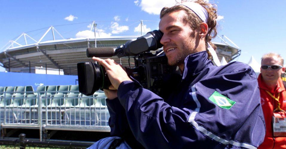 Gustavo Kuerten brinca com câmera de cinegrafista durante os Jogos Olímpicos de Sydney-2000, na Austrália