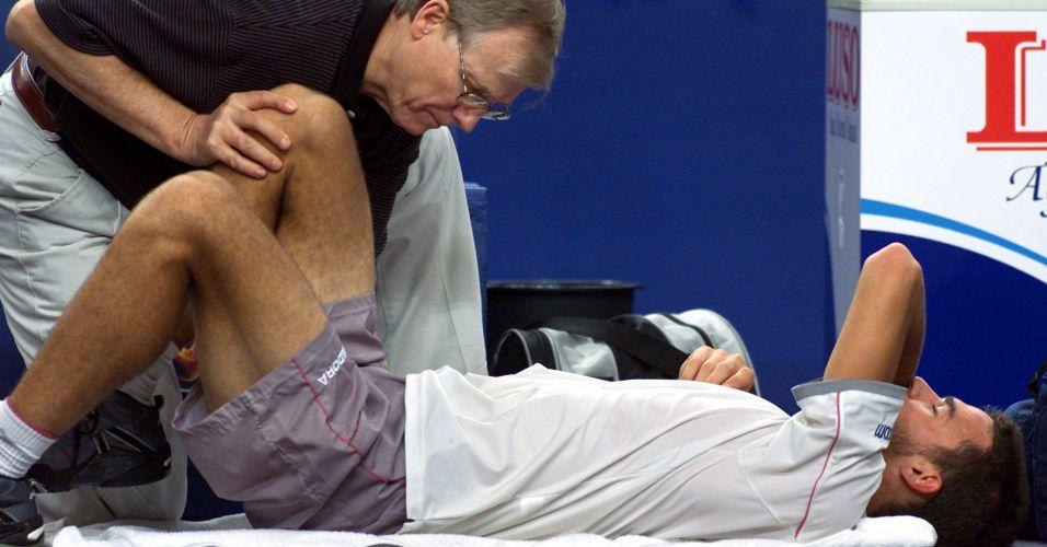 Guga sofre com dores nas costas e acaba derrotado em sua partida de estreia na Masters Cup de Lisboa contra o norte-americano Andre Agassi