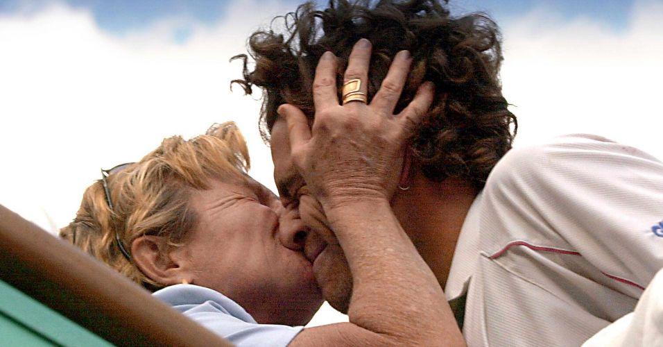 Gustavo Kuerten supera o espanhol Alex Corretja e conquista o tricampeonato de Roland Garros, seu último título no Grand Slam francês; Tenista brasileiro ganha beijo de sua mãe, Alice Kuerten