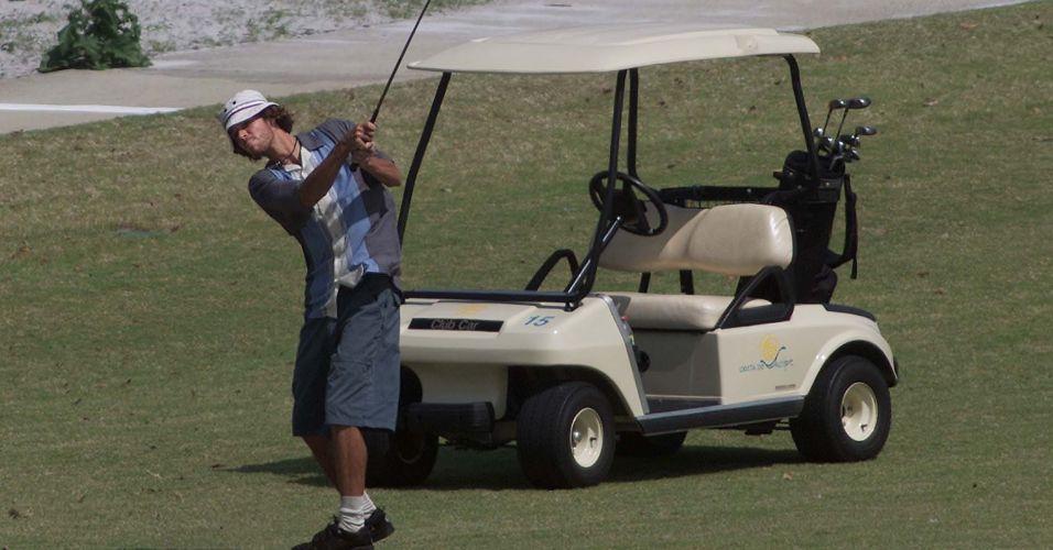 Gustavo Kuerten aproveita o resort na Costa do Sauipe para disputar uma partida de golfe