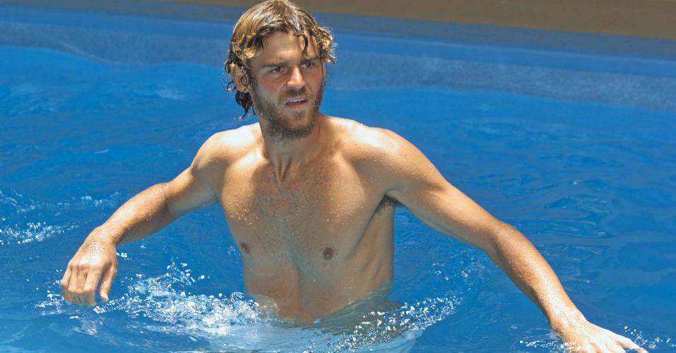 Gustavo Kuerten usa piscina em Balneário Camboriú para treinamento de recuperação física após lesão