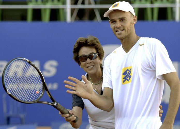 No ano de seu segundo título do Aberto do Brasil, a última conquista de sua carreira, Gustavo Kuerten posa ao lado de Maria Esther Bueno, melhor brasileira da história do tênis feminino