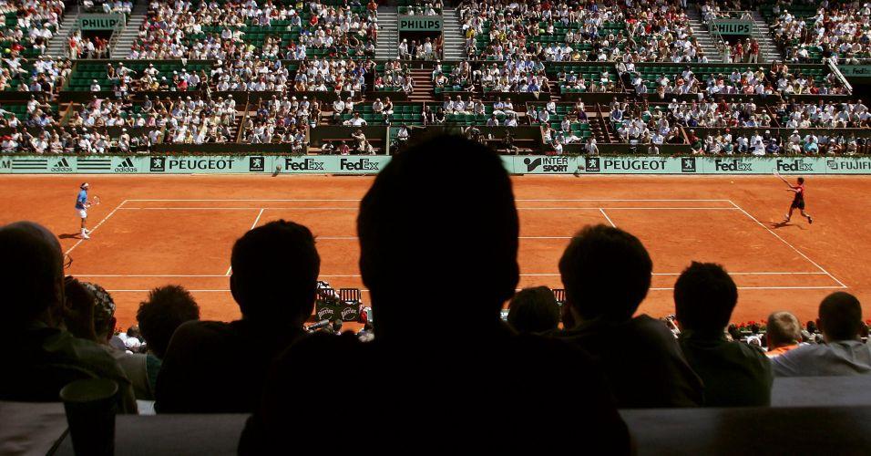 Em partida memorável, Gustavo Kuerten (à direita) derrota o número um do mundo Roger Federer em Roland Garros, na edição de 2004 do Grand Slam francês