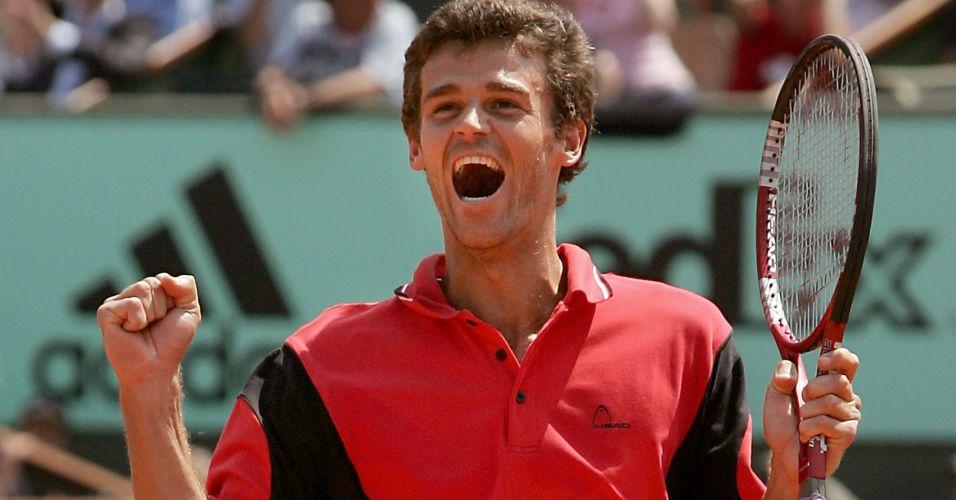 Em partida memorável, Gustavo Kuerten derrota o número um do mundo Roger Federer em Roland Garros, na edição de 2004 do Grand Slam francês