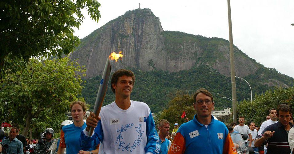 Gustavo Kuerten carrega a tocha olímpica antes dos Jogos de Atenas-2004, na passagem da tocha pelo Rio de Janeiro