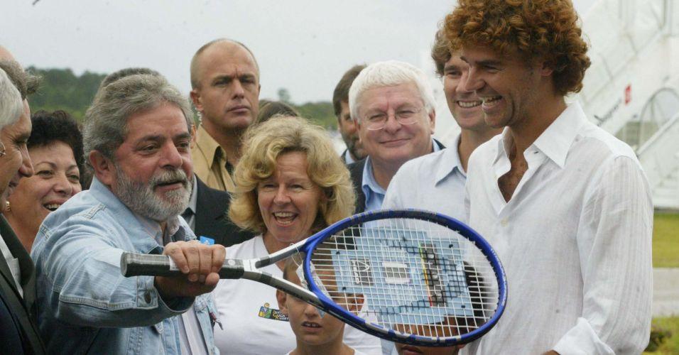 Presidente da República, Luiz Inácio Lula da Silva, recebe raquete de tênis de presente de Gustavo Kuerten em Florianópolis