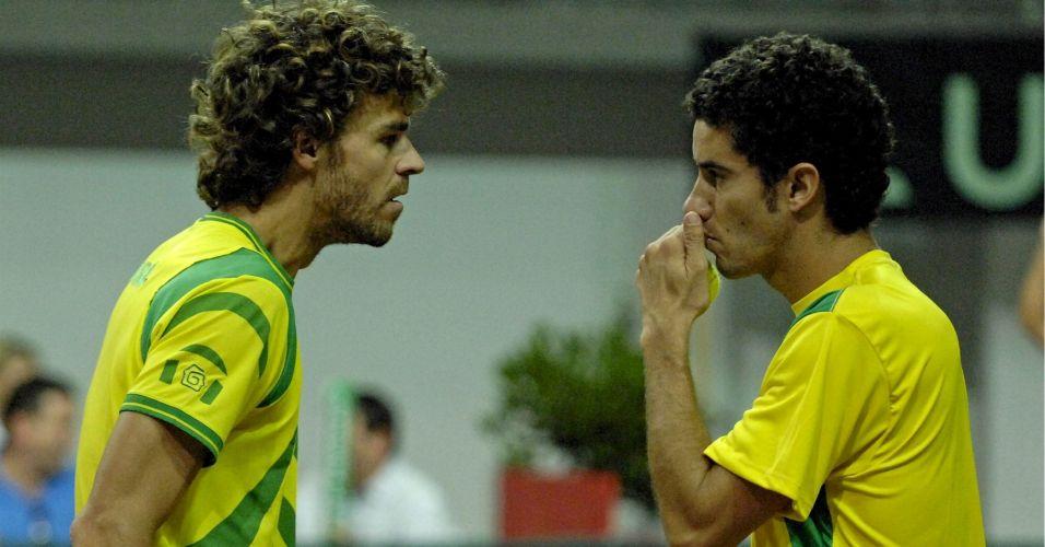 Nas duplas ao lado de André Sá, Guga participa pela última vez de um confronto de Copa Davis em quadra contra a Áustria