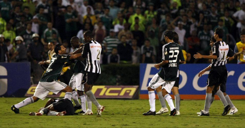 Aquele jogo de abril de 2009 teve a última grande briga da história do clássico, entre o palmeirense Diego Souza e o santista Domingos. Hoje, nenhum deles defende mais esses clubes