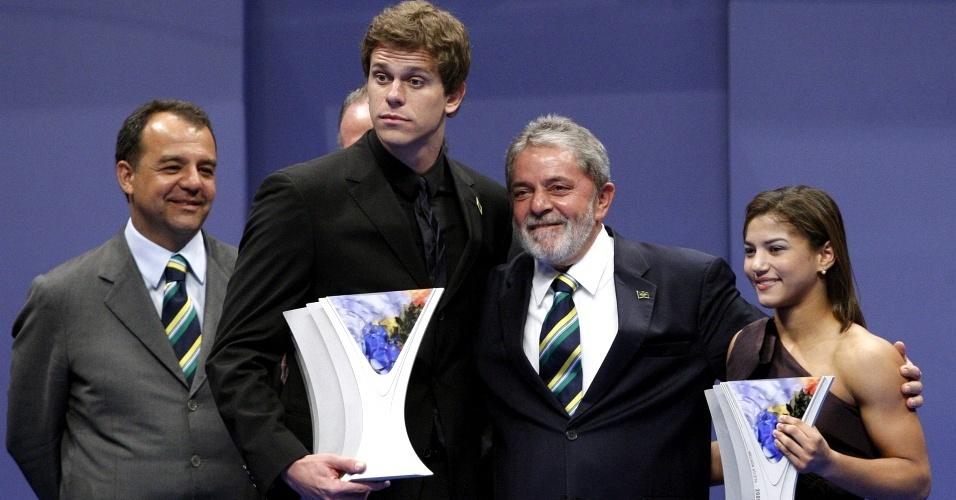 Sarah Menezes e Cesar Cielo ganham o prêmio Brasil Olímpico de 2009 e recebem o troféu das mãos do presidente Lula