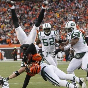 Jogadores disputam de forma ríspida a bola no duelo entre New York Jets e Cincinnati Bengals