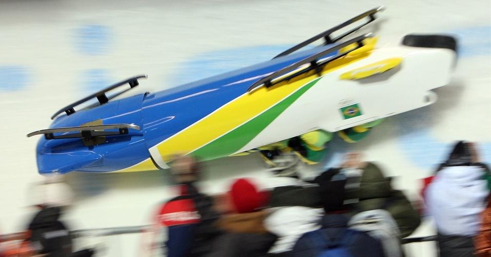 Trenó brasileiro do bobsled virou durante a disputa dos Jogos Olímpicos de Inverno de 2006, em Turim, Itália