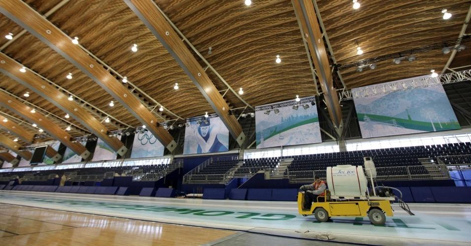 Veículo é usado no preparo da superfície gelada que será usada nas provas de patinação em velocidade