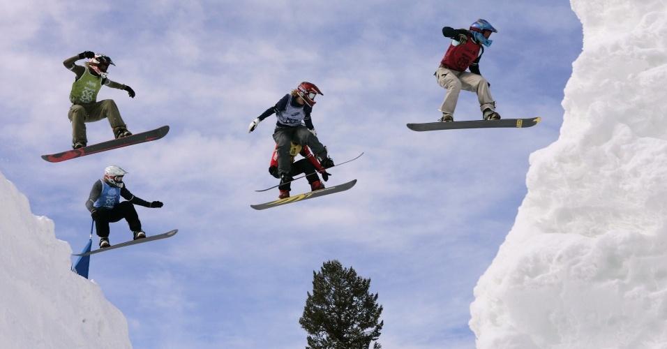Competidores do snowboard cross durante edição do Winter X Games