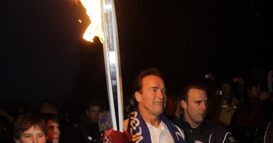 Ator e governador Arnold Schwarzenegger é estrela do revezamento da tocha em seu dia final