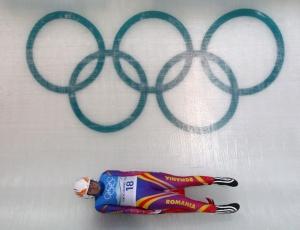 Violeta Stramaturaru, da Romênia, treina no luge; ela sofreu acidente e ficou inconsciente