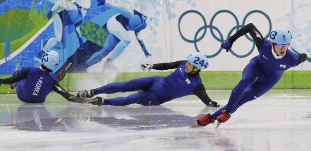 Coreanos vão ao chão, mas o compatriota Jung-Su Lee garantiu o ouro para o país na patinação velocidade, em pista curta