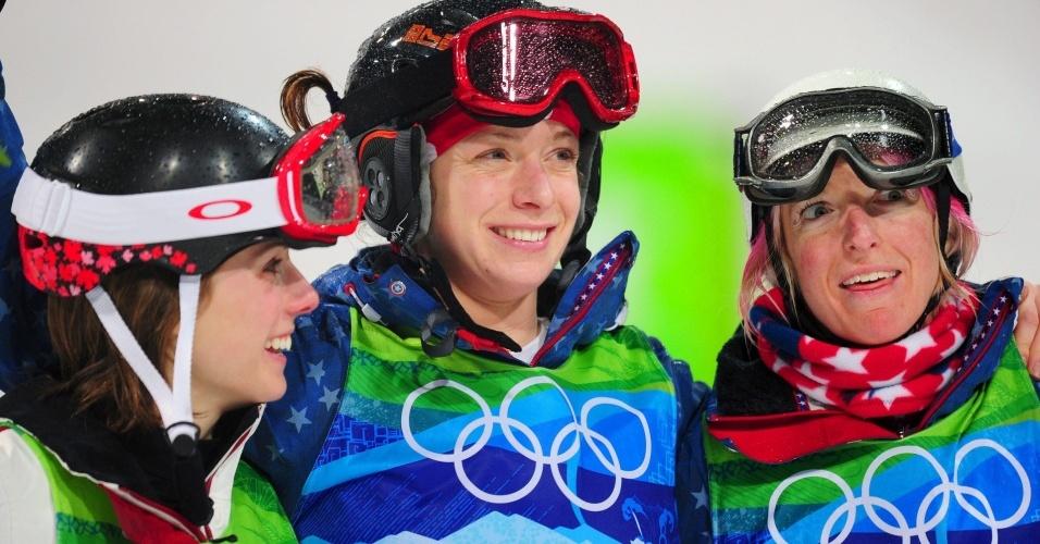 Jennifer Heil (CAN), medalhista de prata, Hannah Kearney (EUA), ouro, e Shannon Bahrke (EUA), bronze, no pódio do moguls, do esqui estilo livre