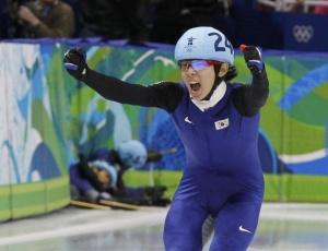 Lee Jung-Su comemora o ouro, enquanto colegas da Coreia do Sul vão ao chão nos Jogos de Inverno