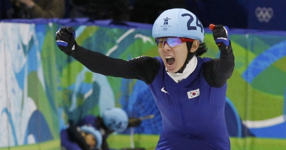 Jung-Su Lee comemora o ouro, enquanto compatriotas da Coreia do Sul vão ao chão