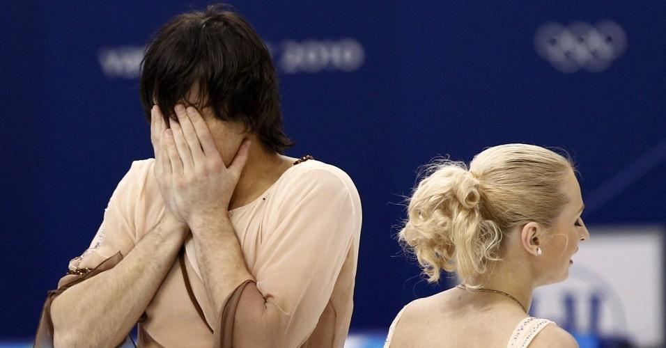 Maxim Trankov, da Rússia, lamenta queda ao lado da parceira Maria Mukhortova, na patinação artística