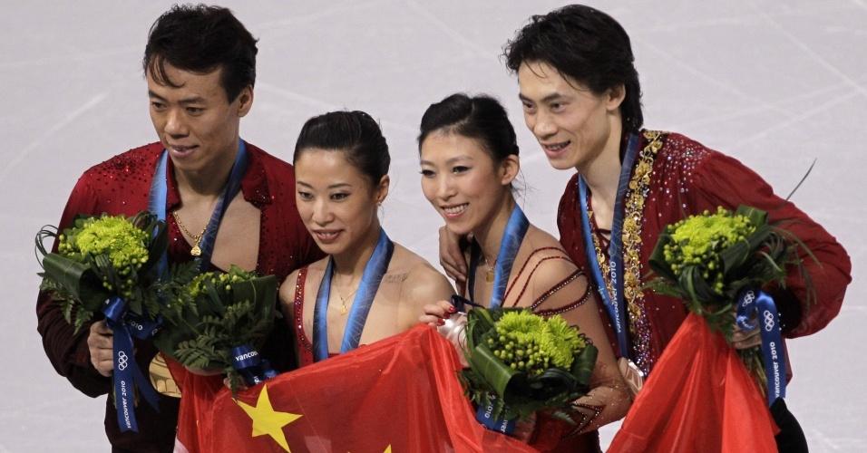 Xue Shen e Hongbo Zhao, da China, foram ouro nas duplas da patinação artística; Pang Qing e Tong Jian (d) ficaram com a prata