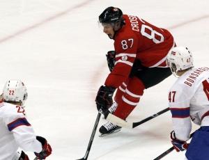 Estrela canadense, Sidney Crosby lança na vitória contra a Noruega, durante estreia do hóquei no gelo