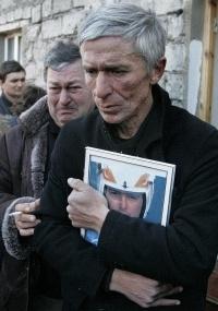 David Kumaritashvili segura foto do filho morto durante o velório