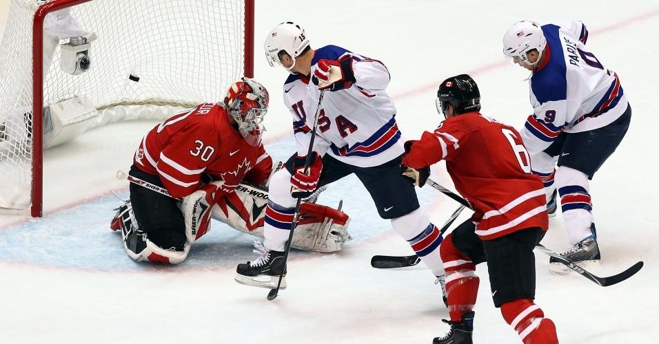 Jamie Langenbrunner marca um dos cinco gols dos EUA contra o Canadá no hóquei