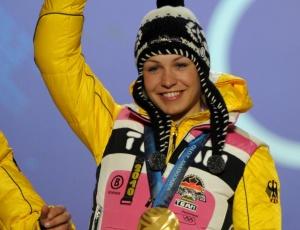 Magdalena Neuner comemora o seu ouro no biatlo