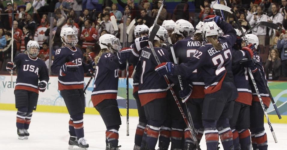 Seleção norte-americana feminina de hóquei comemora a vitória e a vaga na final em Vancouver