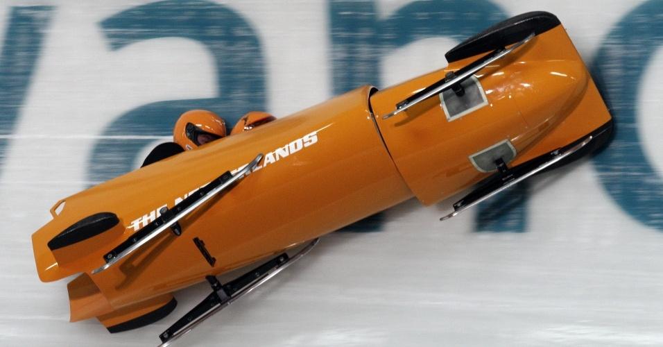 Dupla holandesa perde o controle do trenó durante competição do bobsled em Vancouver