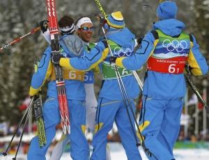 Esquiadores da Suécia comemoram a medalha de ouro no revezamento 4x10 km do cross country