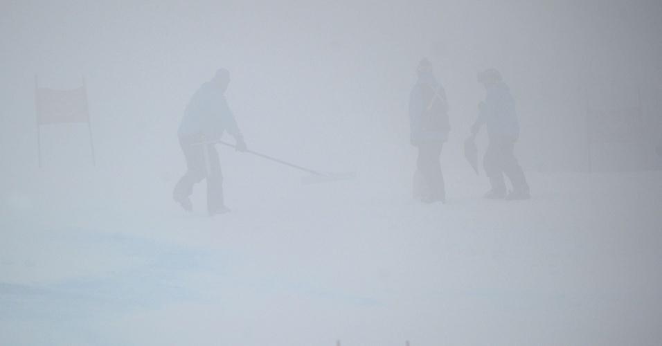 Trabalhadores trabalham em pista de esqui em Whistler; slalom gigante foi adiado
