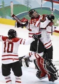 Canadenses comemoram vitória sobre os EUA no hóquei feminino