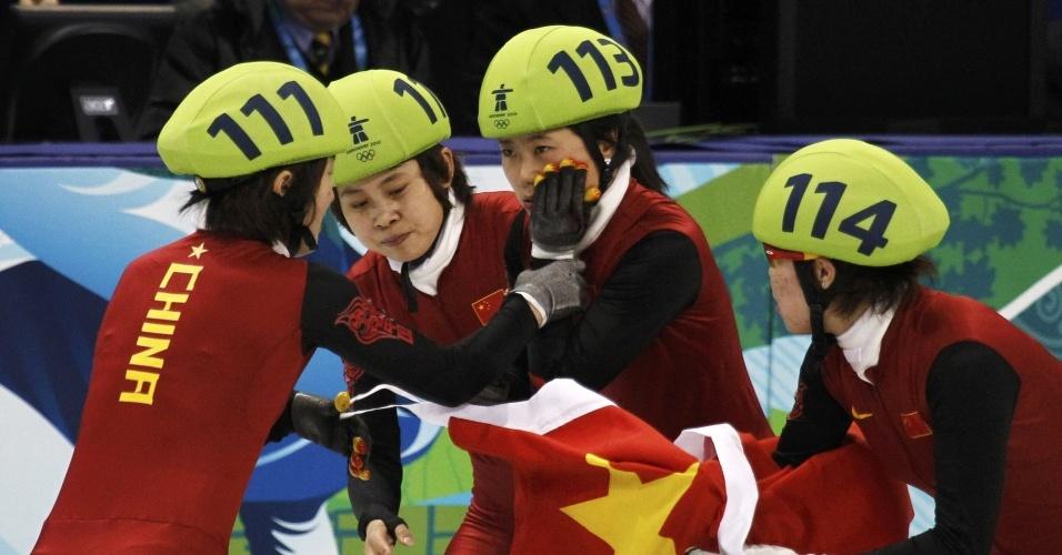 Chinesa da patinação sofreu um corte enquanto comemorava o ouro na patinação de velocidade