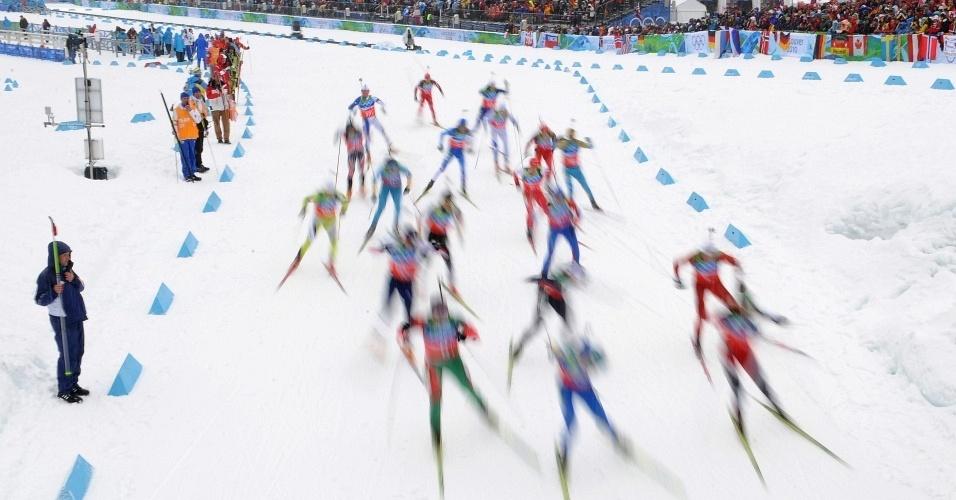 Competidores disputam prova de biatlo nos Jogos Olimpicos de Inverno