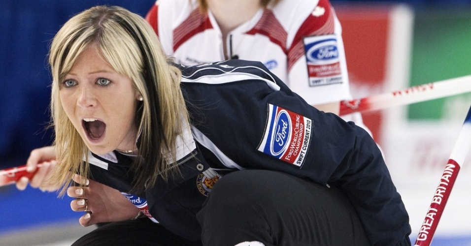 Eve Muirhead, capitã da Escócia, passa orientações às suas atletas