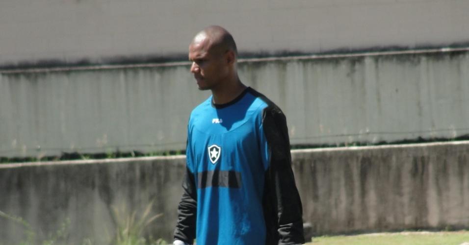 Jefferson descansa durante treino do Botafogo no Engenhão