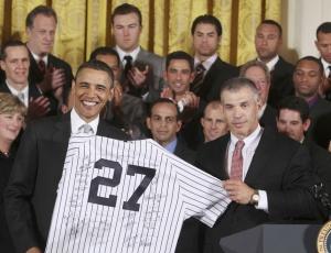 Barack Obama recebe camisa do campeão New York Yankees em visita da equipe à Casa Branca