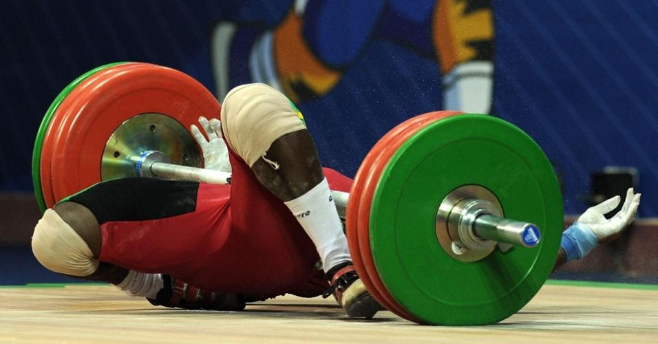 Ganense Degbe Seth Fetrie sofre lesão durante a disputa do levantamento de peso nos Jogos da Comunidade Britânica, que está sendo realizado em Nova Déli, Índia