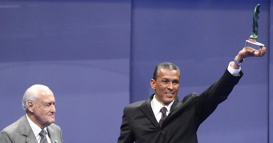 Joaquim Cruz recebe o prêmio Ademar Ferreira da Silva das mãos de João Havelange no Brasil Olímpico