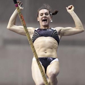 Yelena Isinbayeva executa salto durante o Meeting de Moscou, sua única competição no ano até então