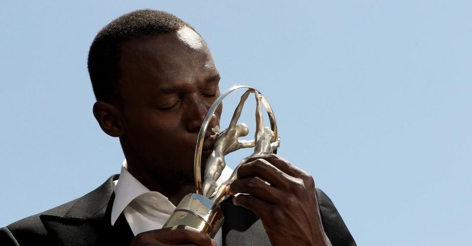 Usain Bolt beija troféu do Prêmio Laureus de melhor esportista do ano